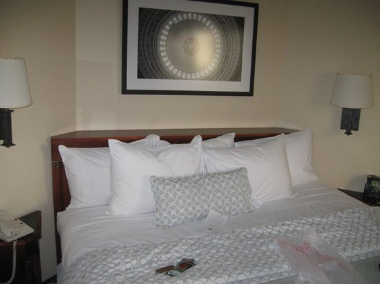 Embassy Suites by Hilton Tysons Corner: Very comfortable bed