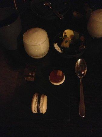 Schauenstein Schloss Restaurant Hotel: Große Überraschung: Leckereien zum Kaffee im Raucherzimmer