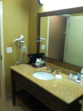 Hampton Inn & Suites Harrisburg North: Vanity and sink