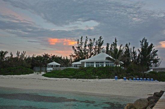 Sandyport Beach Resort: beach restaurant