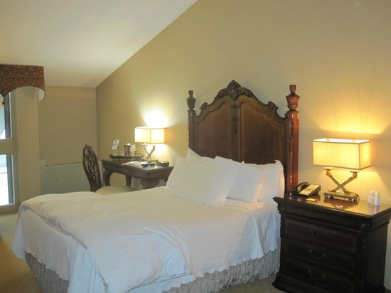 Old Stone Inn Boutique Hotel: Comfy queen bed and large wooden headboard