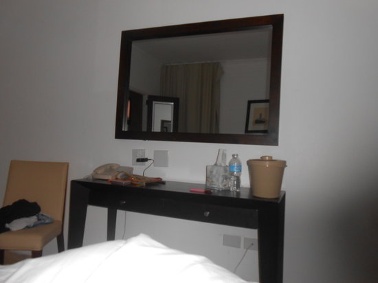 Atlantic Beach Hotel: nice little table and mirror