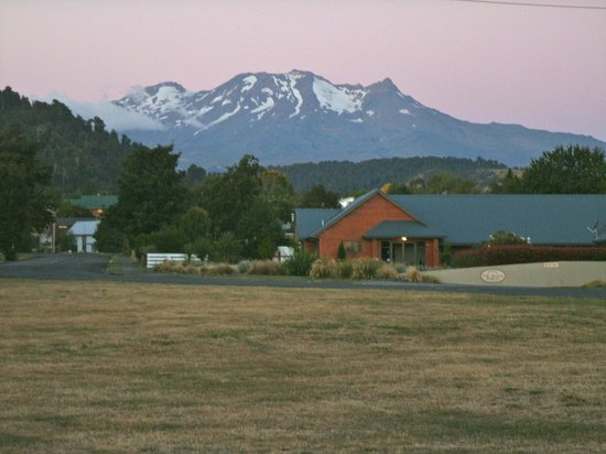 Ohakune Court Motel: ruapehy standing tall in the summer days