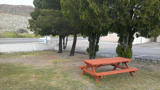 Belle-Aire Motel : Bench with Mountain View