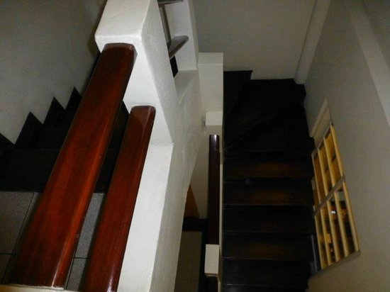 Kekoldi Hotel: Wood staircase in hotel to lobby area