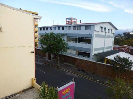 Kekoldi Hotel: School across street