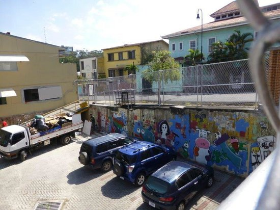 Kekoldi Hotel: The school parking lot and mural