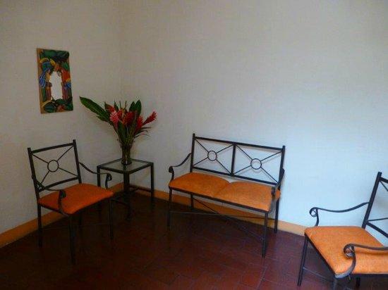 Kekoldi Hotel : Interior hallway seating and decor