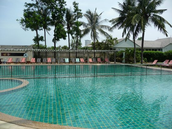 Chom View Hotel: Pool near beach