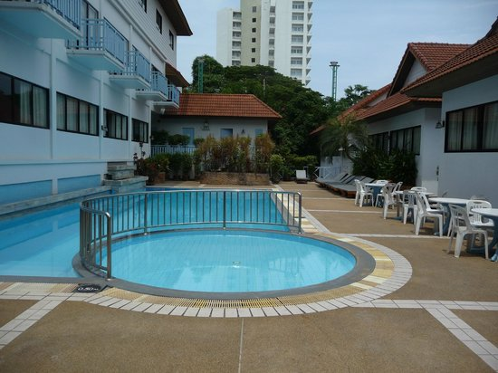 Chom View Hotel : Pool near reception/hotel area