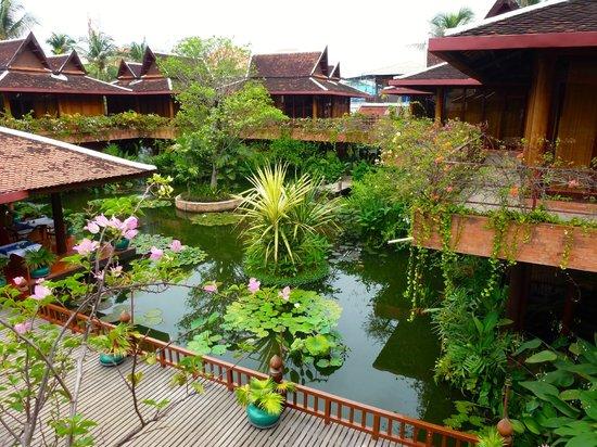 Angkor Village Hotel: La pièce d'eau autour du restaurant