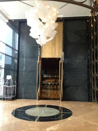 Hilton Lima Miraflores: Lobby entrance + chandelier + wall with water