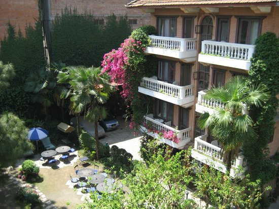 Nirvana Garden Hotel: the courtyard