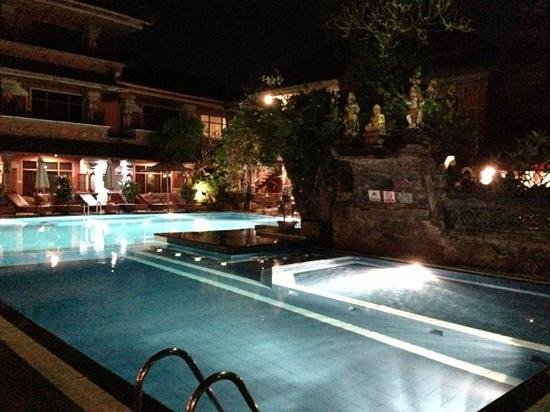 Wina Holiday Villa Hotel: pool at night