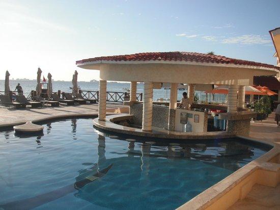All Ritmo Cancun Resort & Waterpark: ese es el bar que esta en la alberca, barra libre wiiiii