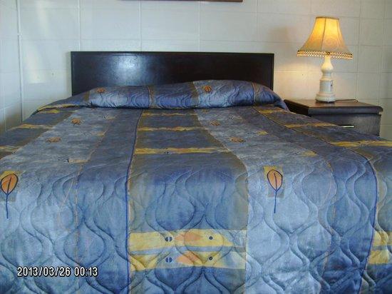 Queensway Court Motel: Queen Size Bed