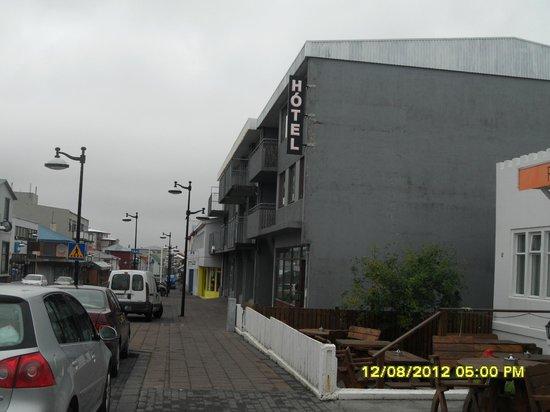 Hotel Keilir: Улица, на которой расположен отель и сам отель
