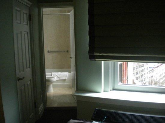 هوتل بيكون: salle de bain accessible par la chambre
