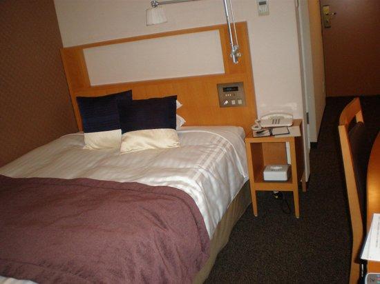 Hotel Mets Akabane : シングルながらセミダブルのゆったりしたベット。