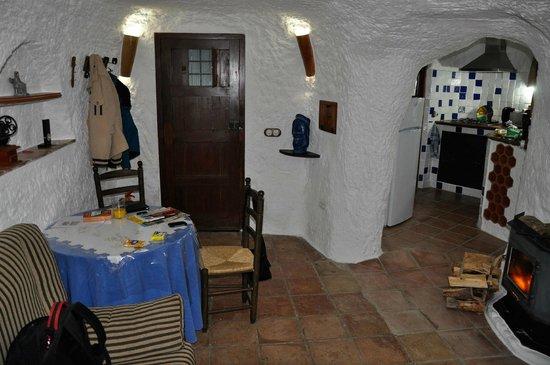 Teil des Wohnzimmers mit Blick in die Küche