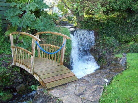 Castaway Guest House & Apartments: Waterfall within our Grounds