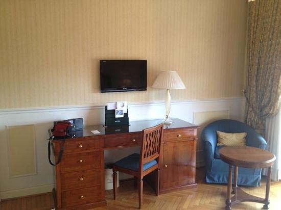Plaza Lucchesi Hotel: scrittoio e tv