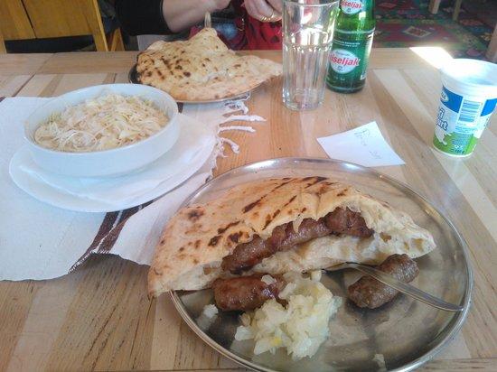 Petica Cevabzinica : Delicious ćevapi served in pita bread with onions