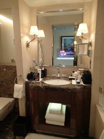 فور سيزونز هوتل لندن آت بارك لين: La salle de bain