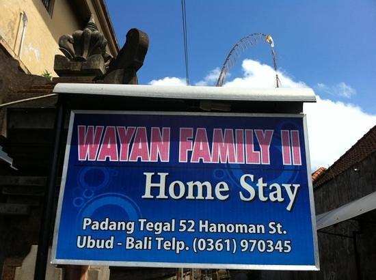 Wayan Family II Homestay : papan nama depan rumah