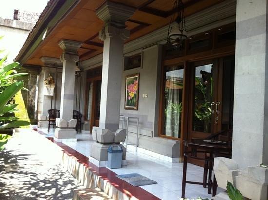 Wayan Family II Homestay: 2 kamar dengan pintu kaca slading