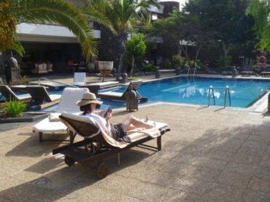 Hotel Villa Vik: Poolside view