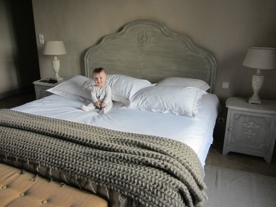 Hotel de Suhard: Baby on the big bed!
