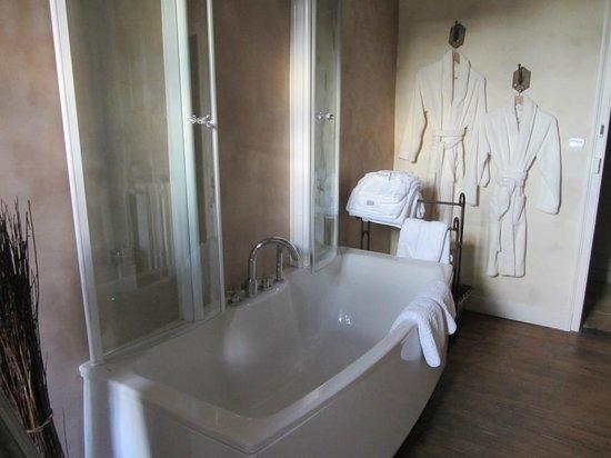Hotel de Suhard : Big tub for baths