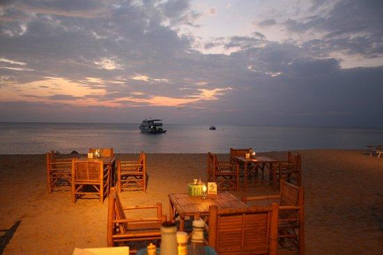 Lanta Palm Beach Resort: dine on the beach
