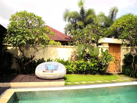 4S Villas at Seminyak Square: Sun chair in a beautiful garden!