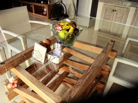 4S Villas at Seminyak Square: Dining table