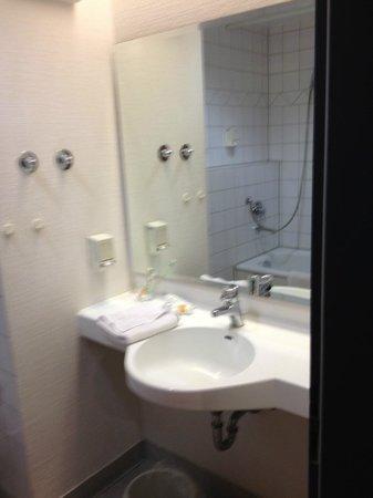 ECONTEL HOTEL Muenchen : bath, room 222