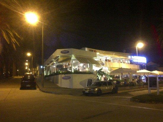 El Mercado Restaurante: Vista nocturna exterior