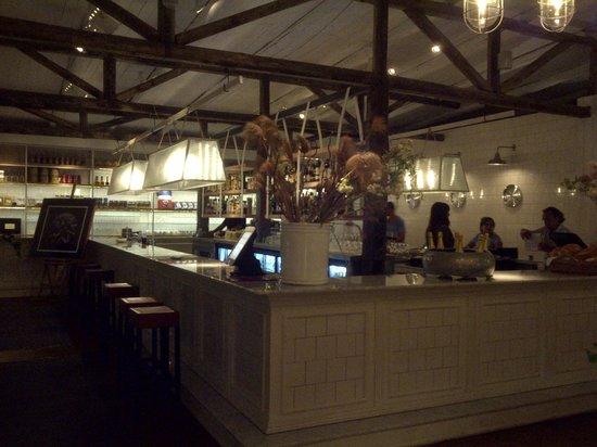 El Mercado Restaurante: Barra principal y cocina