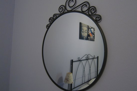 Hotel Azabache Susierra: Detalle espejo habitación