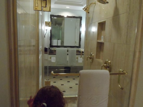 Caesars Palace: Shower looking into other bathroom area