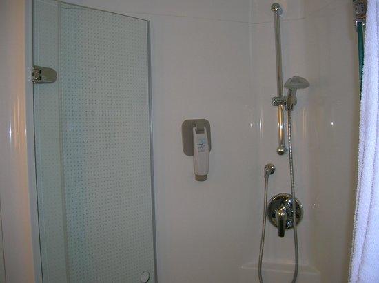 Ibis Bordeaux Centre Bastide : cabinde de douche très spacieuse