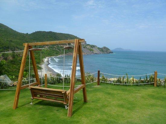 Mia Resort Nha Trang: Swing seat at the end of the cliff villa road
