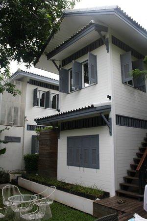 Baan Noppawong: retro della casa con giardino dove si fa colazione