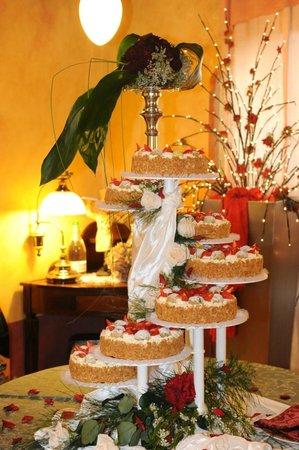 Traditional Italian Wedding Cake - Picture of La Casa degli Spiriti ...