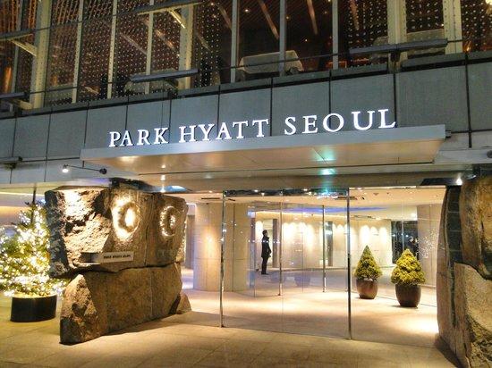 Park Hyatt Seoul: Hotel Main Entrance from ground level