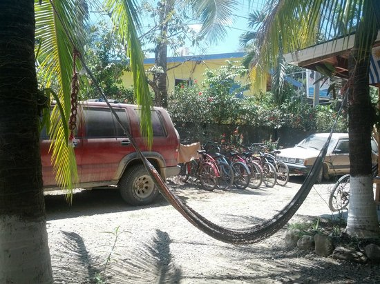 Don Jon's Lodge and Restaurante: Hammocks and bikes