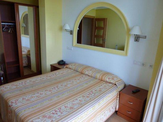 Hotel Azul de Galimar: amplio armario. Camas comodas.