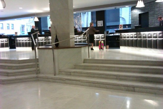 Jurys Inn Birmingham: The four steps up from the entrance level to the checkin desks