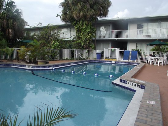 Ramada Fort Lauderdale Airport/Cruise Port: Pool Area